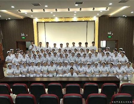 我院礼仪协会对护理实习生开展岗前礼仪培训  1.jpg